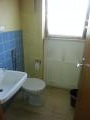 Das WC mit Waschbecken