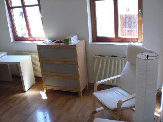 Ein Zimmer Wohnung mit Schiebetüren im Schlafkammer