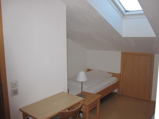 3 km bis zur fh rosenheim dachgeschossappartement mit ca 18 m 1 zimmer wohnung in rosenheim. Black Bedroom Furniture Sets. Home Design Ideas
