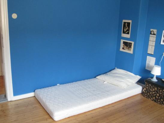 Blaue Muster An Wand Und Polsterbett. Blau Schlafzimmer ...    Wohnzimmerwand Blau