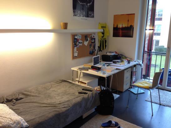 zimmer in neuem studentenwohnheim mit eigenem bad sehr. Black Bedroom Furniture Sets. Home Design Ideas