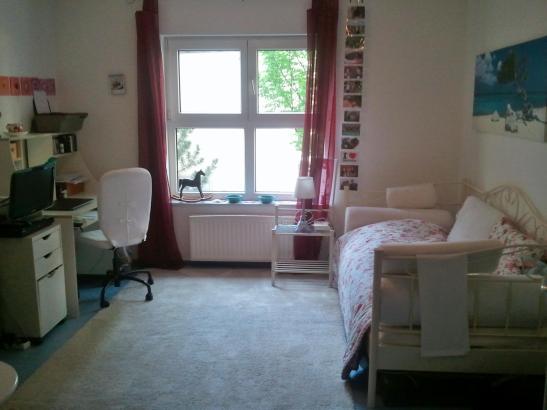 gem tliches zimmer im studentenwohnheim. Black Bedroom Furniture Sets. Home Design Ideas