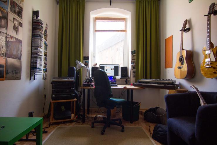 sch nes zimmer in 3er wg altbau und hochbett wg kassel nord holland. Black Bedroom Furniture Sets. Home Design Ideas