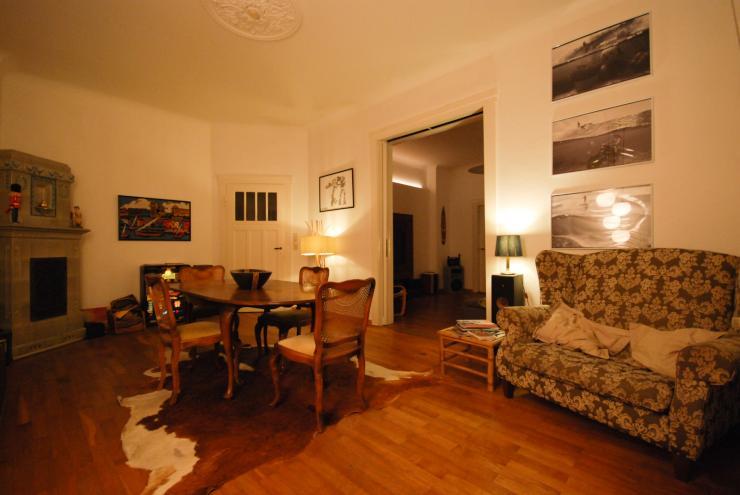 sch nes wg zimmer mit balkon in gro z giger altbauwohnung. Black Bedroom Furniture Sets. Home Design Ideas