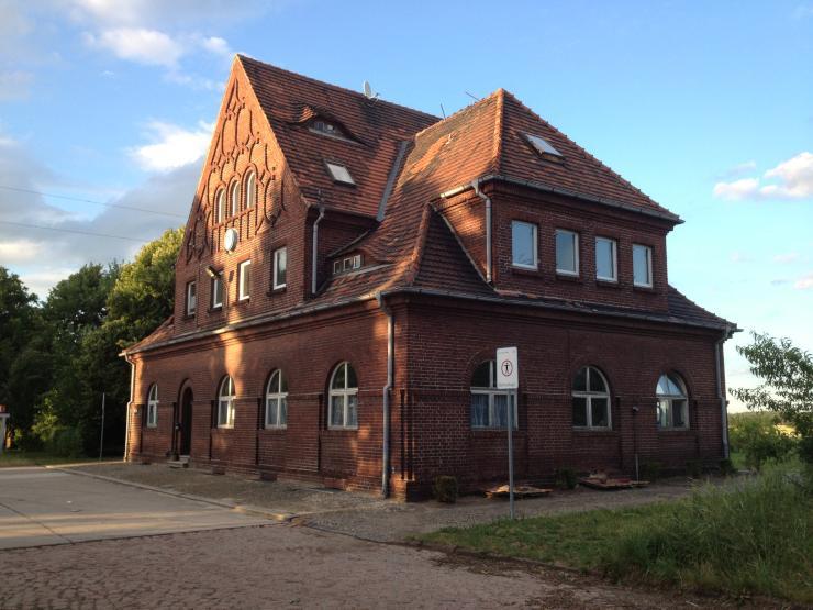 modernes appartement im historischen bahnhofsgeb ude in ziesar 1 zimmer wohnung in brandenburg. Black Bedroom Furniture Sets. Home Design Ideas