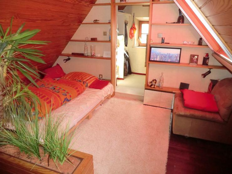 m bliertes sch nes dachzimmer mit gro er wohnk che garten terrasse wg zimmer in neu ulm pfuhl. Black Bedroom Furniture Sets. Home Design Ideas