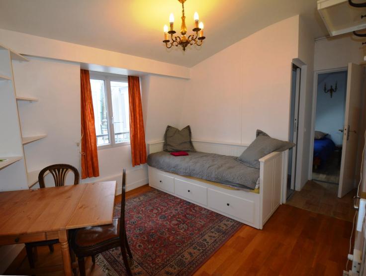 2 zimmer wohnung in einem typischen pariser geb ude wohnung in paris republique. Black Bedroom Furniture Sets. Home Design Ideas