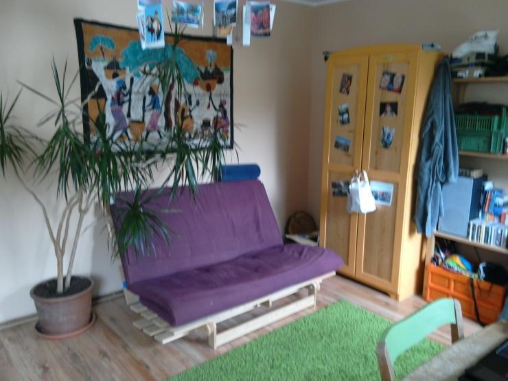 sch nes zimmer in 4er haus wg bis mitte august wg zimmer freiburg im breisgau m bliert. Black Bedroom Furniture Sets. Home Design Ideas
