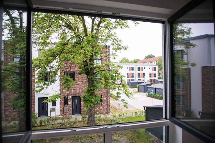 sch nes helles und unbefristetes zimmer in haus mit garten und dachterrasse wgzimmer berlin. Black Bedroom Furniture Sets. Home Design Ideas