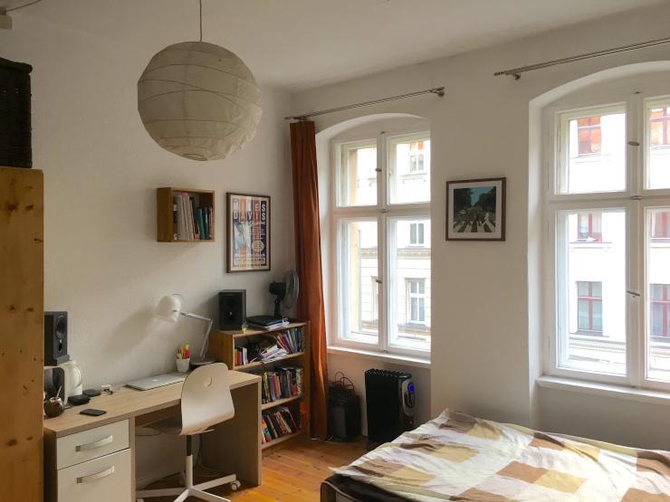 helles 20 qm zimmer in altbau mit gro er wohnk che in berufst tigen wg wg suche berlin kreuzberg. Black Bedroom Furniture Sets. Home Design Ideas