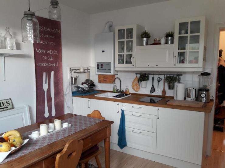 wundersch ne freundliche 1 2 zimmer wohnung komplett renoviert und modern m bliert in einem. Black Bedroom Furniture Sets. Home Design Ideas