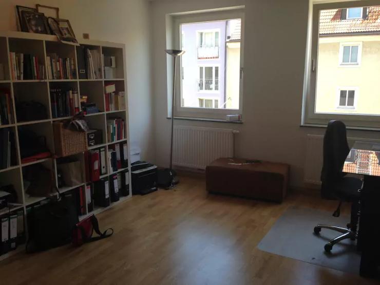 sch nes sonniges zimmer in maxvorstadt wg zimmer in m nchen maxvorstadt. Black Bedroom Furniture Sets. Home Design Ideas