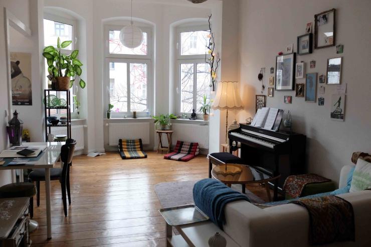 zentral gelegene sch ne altbauwohnung mit balkon zur zwischenmiete wohnung in berlin neuk lln. Black Bedroom Furniture Sets. Home Design Ideas