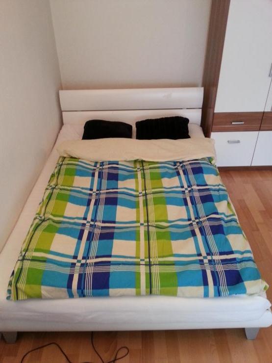 sch n gelegene voll ausgestattete einzimmerwohnung mit. Black Bedroom Furniture Sets. Home Design Ideas