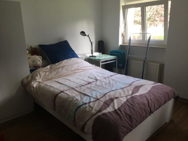 sch ne ruhige 1 zimmer wohnung mit guter bahnverbingung und guten einkaufsm glichkeiten 1. Black Bedroom Furniture Sets. Home Design Ideas