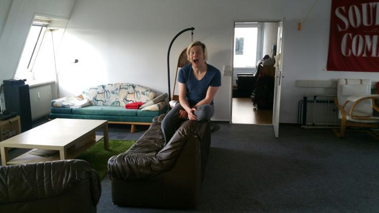 gro es helles zimmer mit dachterrasse in lebhafter 5er wg m bliert riesiges wohnzimmer ps3. Black Bedroom Furniture Sets. Home Design Ideas