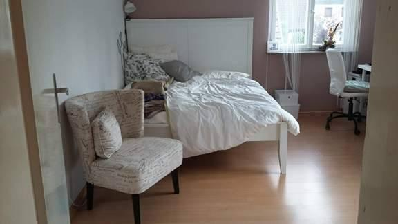 suche interessentin f r mein m bliertes zimmer 15 m f r ein halbes jahr zur untermiete. Black Bedroom Furniture Sets. Home Design Ideas