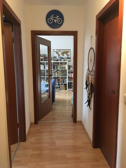 sch ne zweizimmerwohnung mit balkon ca 50qm zur zwischenmiete 700 inkl nebenkosten strom. Black Bedroom Furniture Sets. Home Design Ideas