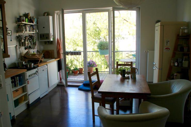 helle altbauwohnung mit gro em sommerbalkon wohnung in. Black Bedroom Furniture Sets. Home Design Ideas