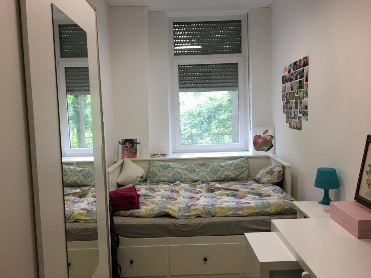 m biliertes zimmer zur zwischenmiete ab august wg in. Black Bedroom Furniture Sets. Home Design Ideas