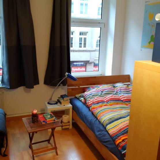 teilm bliertes helles quadratisch ger umiges perfekt geschnittenes zimmer in bester altstadt. Black Bedroom Furniture Sets. Home Design Ideas
