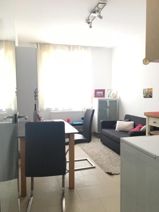 sch ne zentrale m bilierte 2 zimmer wohnung f r eine person 35m wohnung in d sseldorf. Black Bedroom Furniture Sets. Home Design Ideas