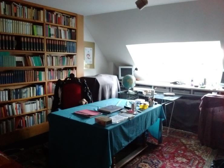 m bliertes wg zimmer wohnen in bibliothek. Black Bedroom Furniture Sets. Home Design Ideas