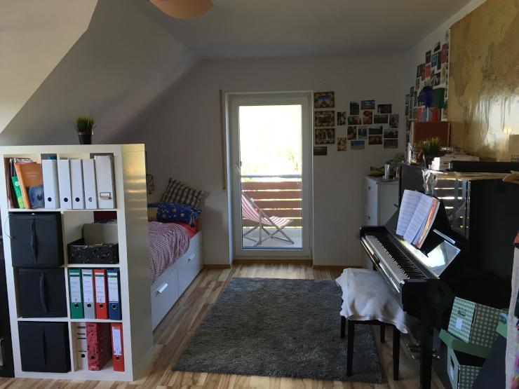 gro es zimmer mit klavier und balkon zur zwischenmiete. Black Bedroom Furniture Sets. Home Design Ideas