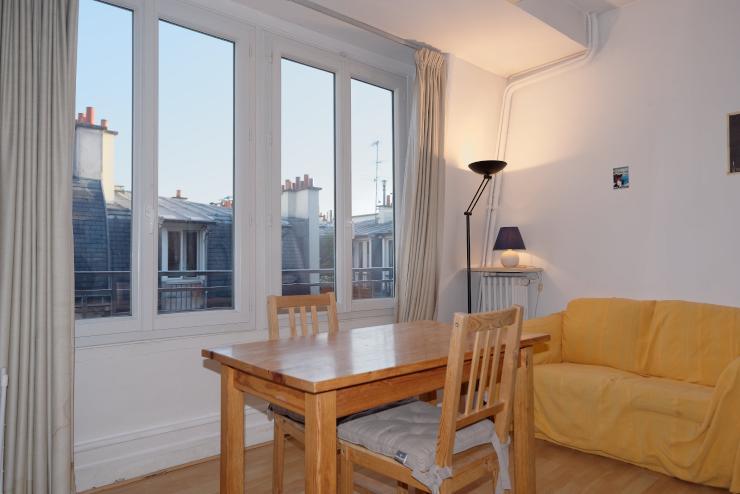 sehr helles m bliertes studio in der n he von montmartre zu vermieten 1 zimmer wohnung in. Black Bedroom Furniture Sets. Home Design Ideas