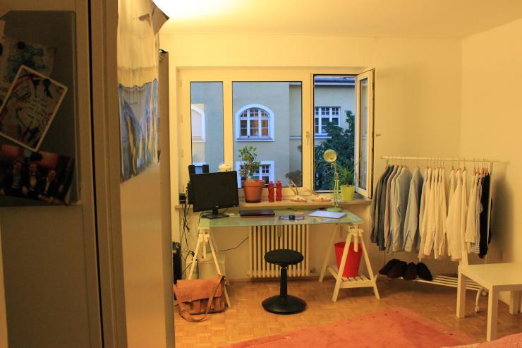 wg zimmer mit wohnzimmer zur untermiete wgzimmer m nchen muenchen. Black Bedroom Furniture Sets. Home Design Ideas