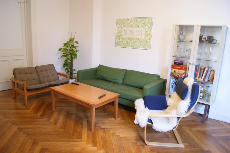 sch nes helles zimmer mit gro em wohnzimmer wg zimmer in berlin moabit. Black Bedroom Furniture Sets. Home Design Ideas
