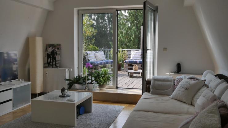 sch ne 2 zimmer wohnung zur zwischenmiete gro er balkon und hohe decken m bliert wohnung in. Black Bedroom Furniture Sets. Home Design Ideas