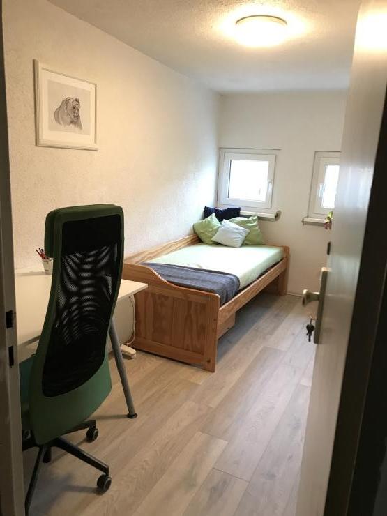 nettes kleines zimmer im ruhigeren teil des gallus zu beziehen zimmer in frankfurt am main. Black Bedroom Furniture Sets. Home Design Ideas