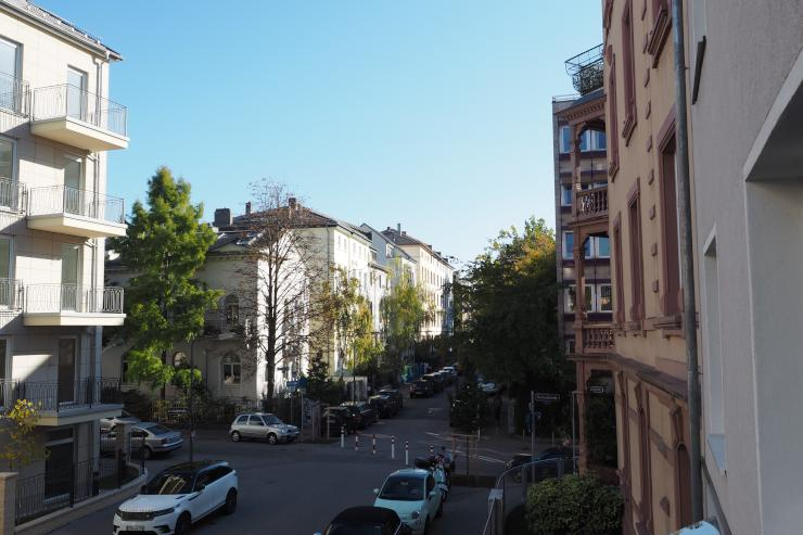 apartment frankfurt hook up Three bedroom, 1-1/2 bathrooms beautifully tiled kitchen with side by side refrigerator/freezer, dishwasher, stove and garbage disposal bathrooms tiled and washer dryer hook-up in half bath on first.
