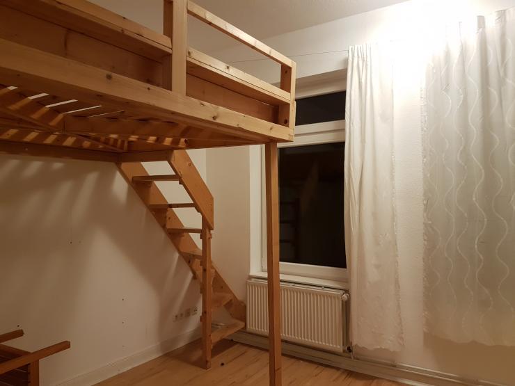 helles zimmer ca 10 qm mit hochbett in altbau wg zimmer hamburg sternschanze. Black Bedroom Furniture Sets. Home Design Ideas