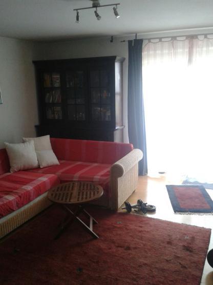 helle gro e 1 zimmer wohnung in ismaning bei m nchen mit balkon sucht mieterin 1 zimmer. Black Bedroom Furniture Sets. Home Design Ideas