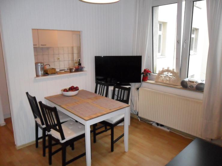 helles gro es zimmer mit wohnzimmer und gutem pnv anschluss zimmer in essen holsterhausen. Black Bedroom Furniture Sets. Home Design Ideas