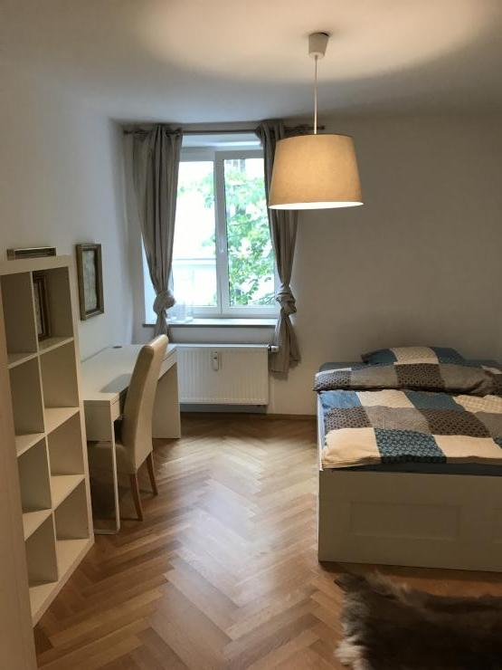 sch ne altbauwohnung mitten in schwabing zur untermiete ab mindestmietdauer 3. Black Bedroom Furniture Sets. Home Design Ideas