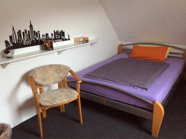 m bliertes zimmer mit wlan gr bett und fernseher m bliertes zimmer kronach wilhelmsthal. Black Bedroom Furniture Sets. Home Design Ideas
