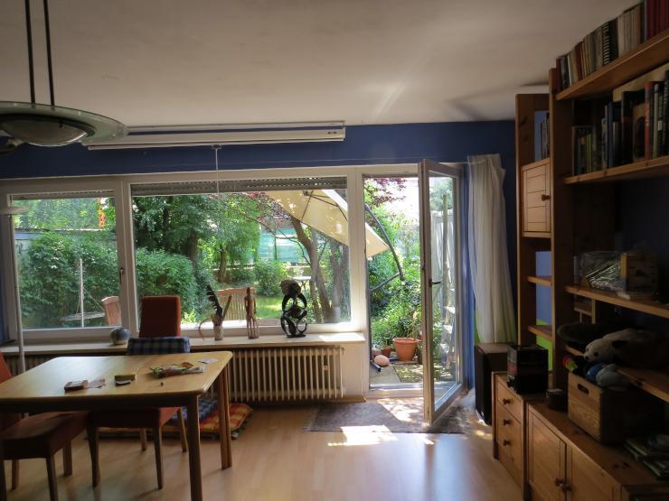 sch nes 25qm gro es zimmer im eg eines reiheneckhauses mit terrasse und garten wg zimmer in. Black Bedroom Furniture Sets. Home Design Ideas