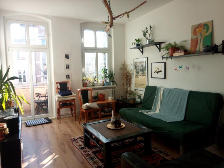 helles m bliertes zimmer mit extra wohnzimmer und balkon f r august wohngemeinschaften in. Black Bedroom Furniture Sets. Home Design Ideas
