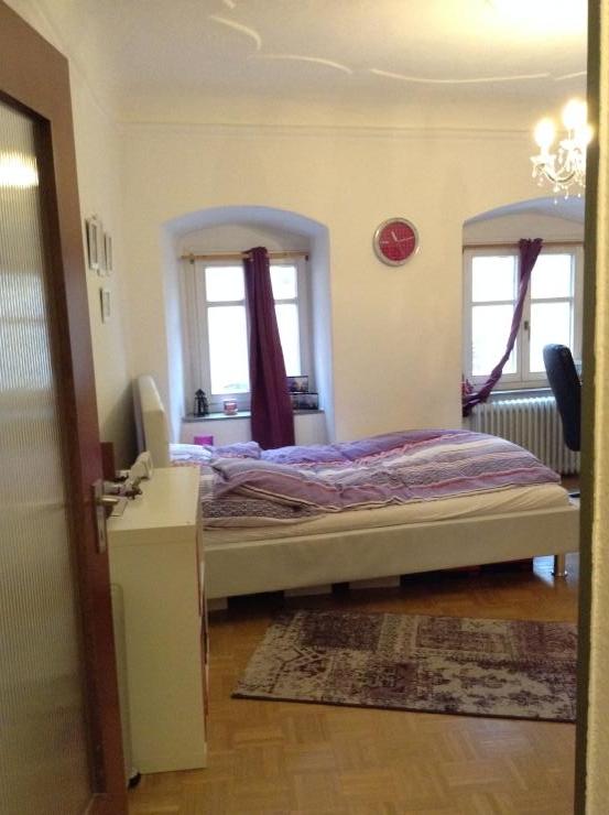 sch ne m blierte altstadtwohnung zur zwischenmiete 1 zimmer wohnung in regensburg innenstadt. Black Bedroom Furniture Sets. Home Design Ideas