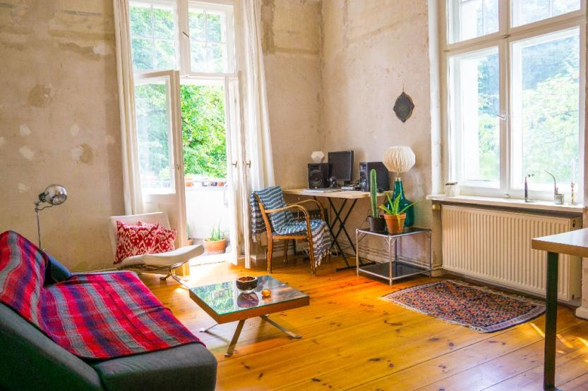 sch nes zimmer mit balkon beautiful room with balcony wohnung in berlin neuk lln. Black Bedroom Furniture Sets. Home Design Ideas