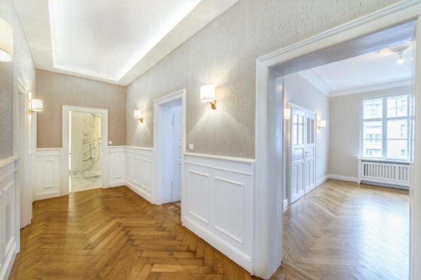 traumhaftes luxuszimmer mit begehbarem kleiderschrank in perfekter lage zimmer m bliert. Black Bedroom Furniture Sets. Home Design Ideas